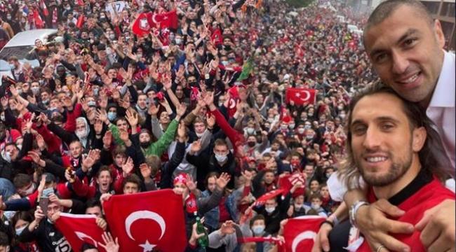 Lille taraftarları şampiyonluk kutlamalarında Türk bayrağı açarak Yusuf Yazıcı'nın klasikleşen gol sevincini yaptı