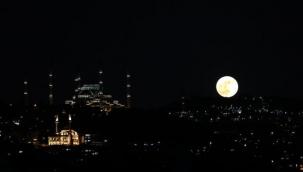"""Süper Çiçek Kanlı Ay"""" Türkiye'nin çeşitli yerlerinden görüldü! Vatandaşlar hemen telefonuna sarıldı"""