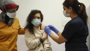 Sağlık Bakanı Koca, SGK kayıtlı tüm çalışanların yarından itibaren aşı randevusu alabileceğini açıkladı.